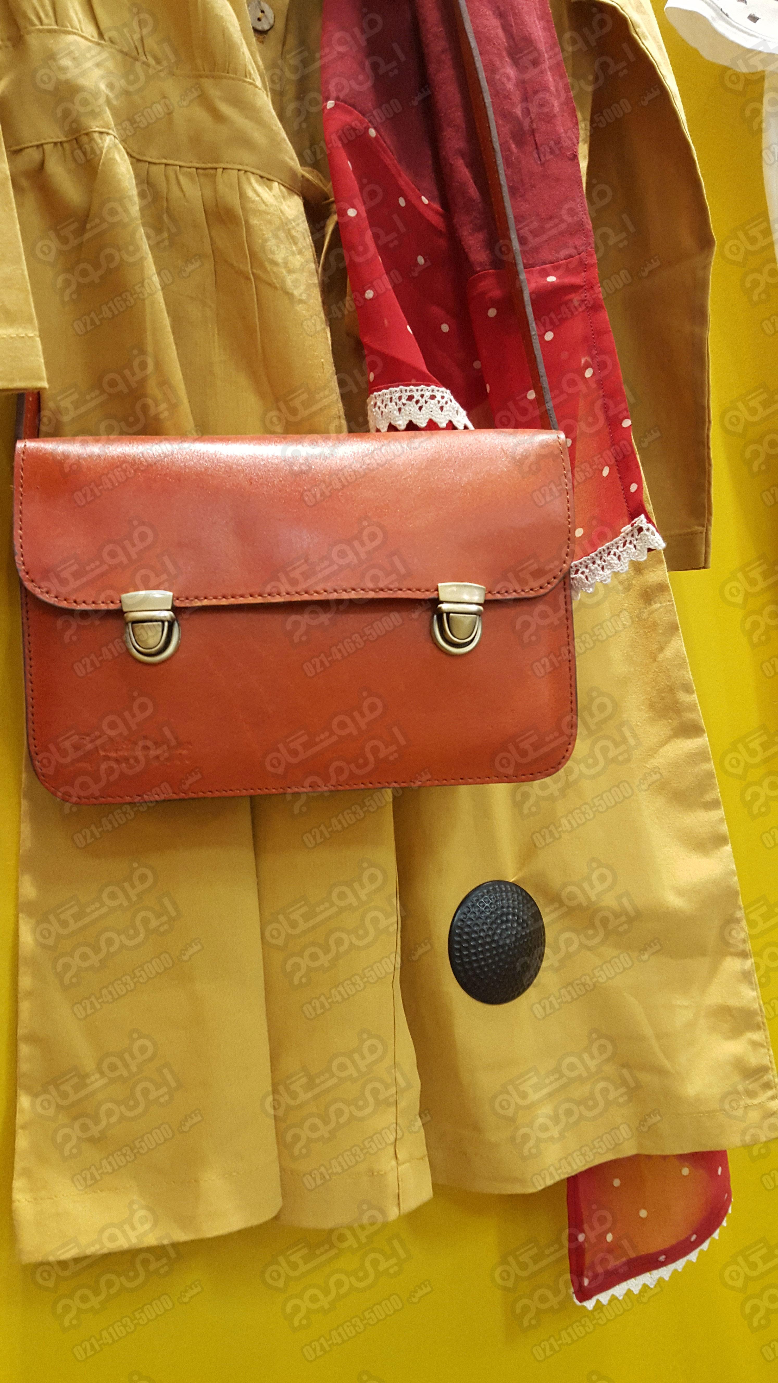 تگ-امنیتی-ای-ام-نوع-گلفی-بر-روی-لباس-زرد-زنانه-در-لباس-فروشی