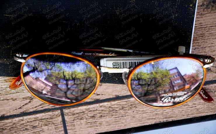 برچسب-دزدگیر-استفاده-شده-روی-عینک-آفتابی-در-ویترین-با-طراحی-چوبی