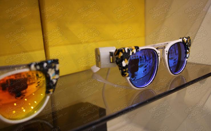 تگ-آچاری-عینک-روی-دو-عینک-آبی-و.زرد-در-ویترین