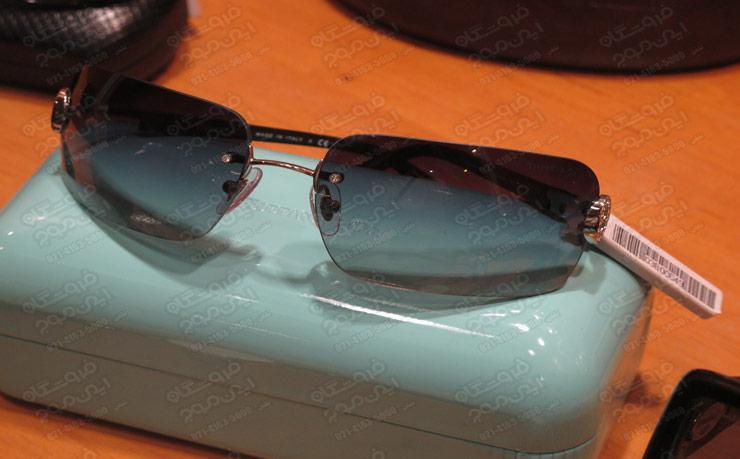 برچسب-ای-ام-استفاده-شده-روی-عینک-افتابی-بر-روی-جای-عینک