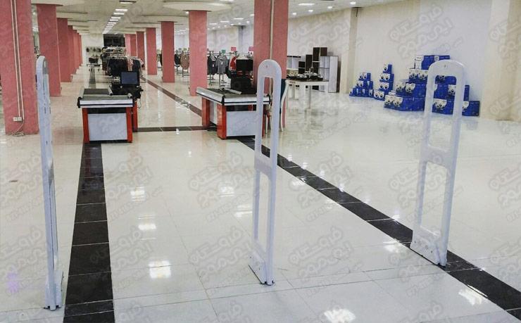 گیت-امنیتی-سفید-نصب-شده-در-فروشگاه