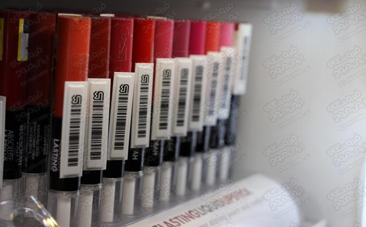 برچسب-ضد-سرقت-AM-نصب-شده-روی-لوازم آرایشی-رژ-قرمز