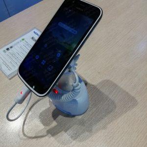 اسنتد-دزدگیر-موبایل-بر-روی-میز-چوبی