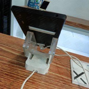 استند-دزدگیر-موبایل-استفاده-شده-در-فروشگاه-موبایل-بر-ریو-میز-چوبی